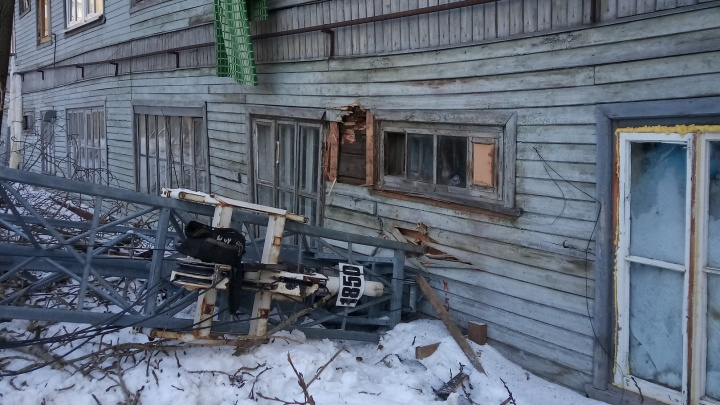 В Архангельске на «деревяшку» упал строительный кран: видео с места происшествия