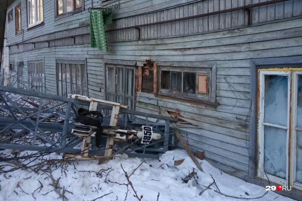 Сам дом после падения крана частично пострадал, жильцы в порядке