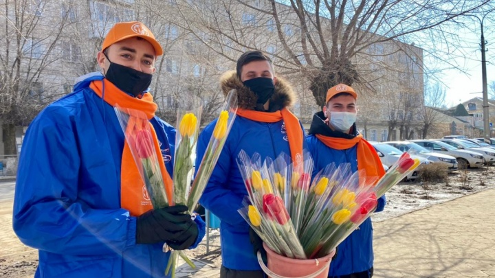 Весенние цветы от юных героев: жительниц Котельниково поздравили с 8 Марта