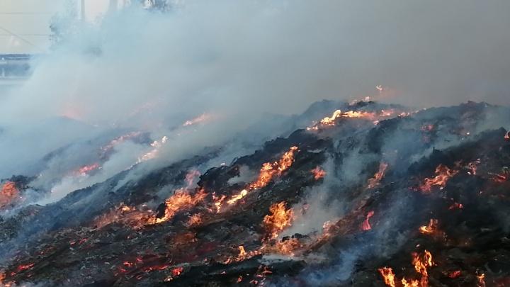 В Челябинске вспыхнул пожар у фабрики «Краснодеревщик»