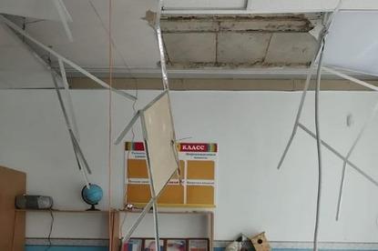 В азовской школе во время урока обрушился потолок