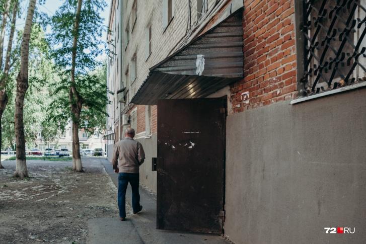 Бил и преследовал: мать юной тюменки, выпавшей из окна квартиры бойфренда, винит его в гибели дочери