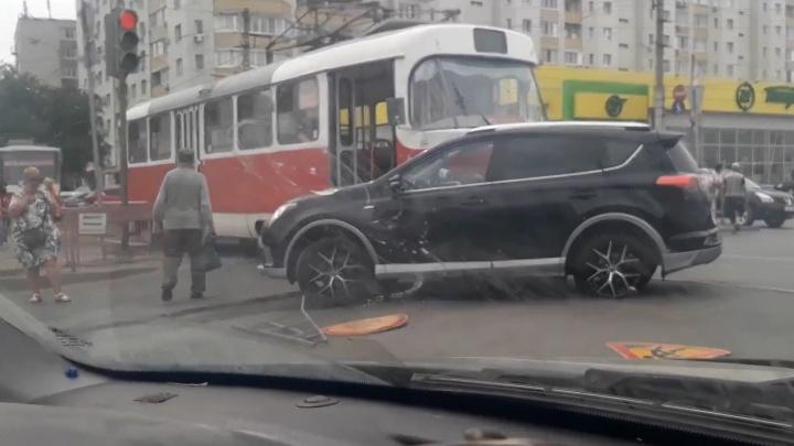 В Волгограде трамвай протаранил кроссовер. Пробка растянулась на километр