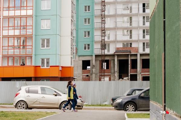 Например, по льготной ипотеке вы можете купить квартиры только в строящемся доме или готовое жилье у застройщика, в «семейном» варианте выбор шире