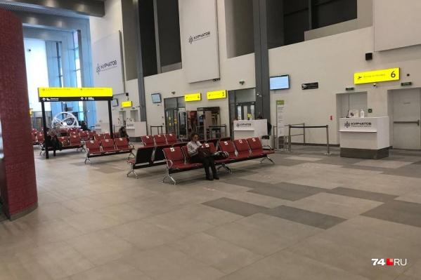 Пассажиры застряли в челябинском аэропорту больше чем на четыре часа