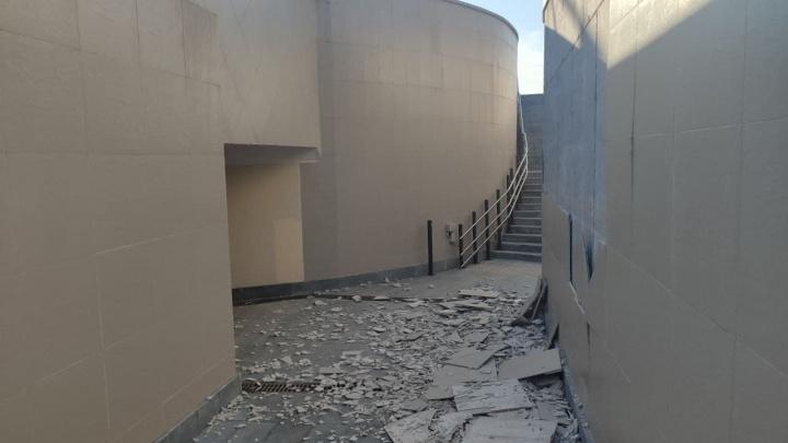 В многострадальном переходе около стадиона «Солидарность Арена» осыпалась плитка