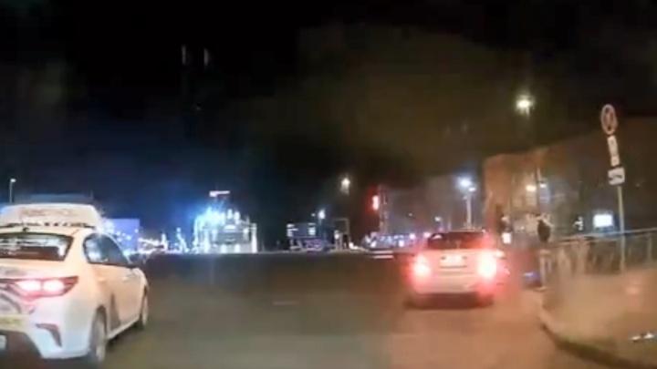 Смотрим, как водитель наезжает на самокатчика, выскочившего на площадь Ленина: кого из них надо наказать