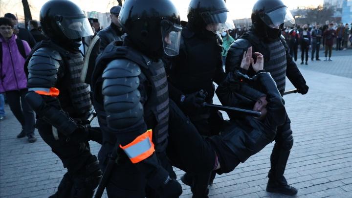 На несогласованной акции протеста в Челябинске прошли первые задержания