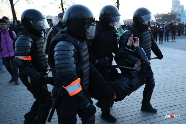 Задержания начались возле оперного театра и продолжились на набережной рядом с концертным залом «Родина»