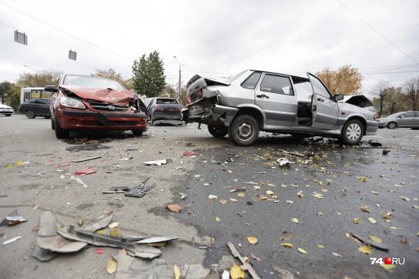 В ДТП пострадали два человека и три машины