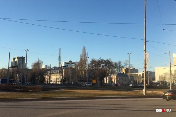 Будущая стела появится на площади Карла Маркса. Сейчас здесь пусто, но 9 мая уже заложат камень