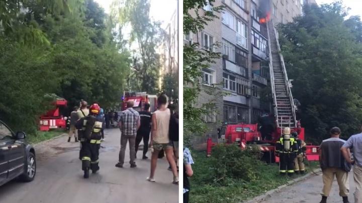 «Людей эвакуировали на улицу»: в Ярославле в жилой многоэтажке вспыхнул пожар