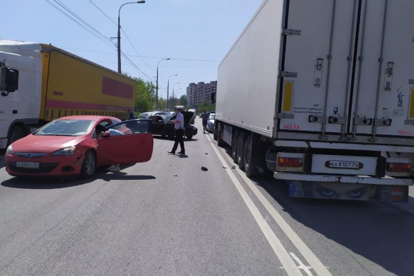 В ДТП столкнулись три легковушки и грузовик