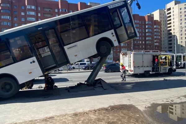 В результате ДТП водителя зажало в кабине автобуса
