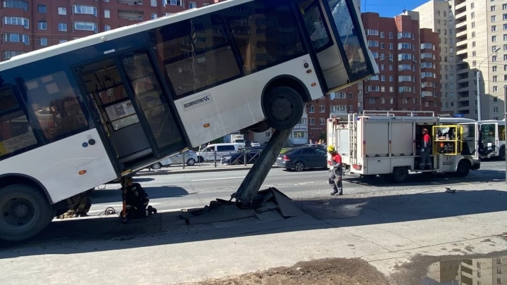 В Петербурге автобус залетел на столб. Момент ДТП попал на видео