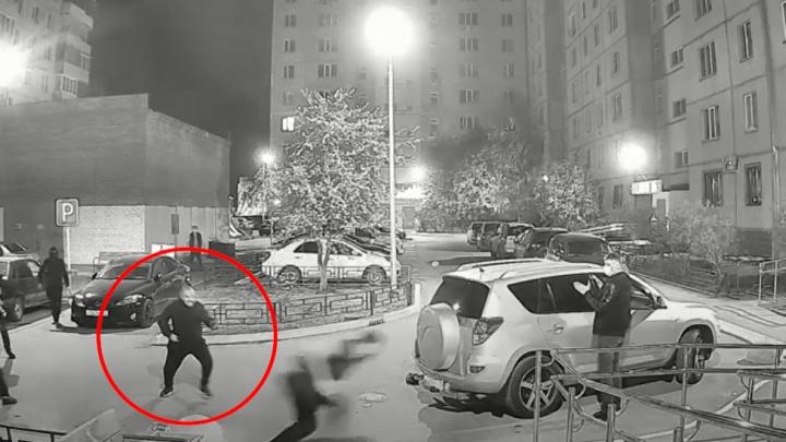 «Скорую, вызовите скорую!»: появилось видео первых минут конфликта и стрельбы на Доме Обороны