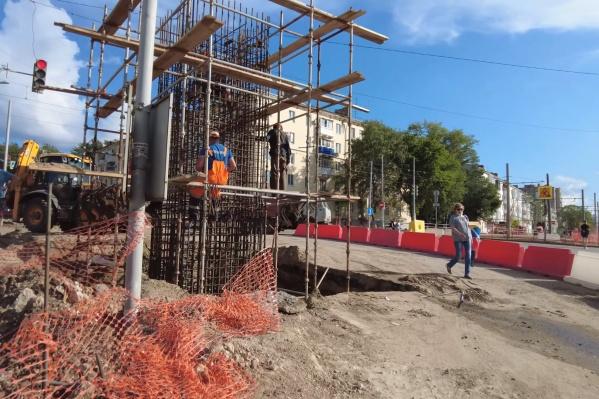 Рабочие готовят территорию для строительства эстакады