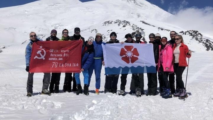 Жители Северодвинска покорили вершину Эльбруса с флагом города и знаменем Победы