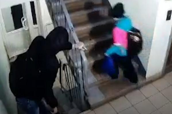 Мужчина шел следом за девочкой в подъезде
