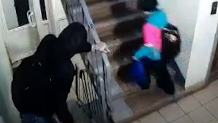 Мужчина преследовал девочку в подъезде пермской многоэтажки. Видео