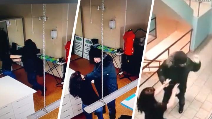 «Хотел меня вернуть»: новосибирец напал на бывшую жену в ателье — избиение попало на видео