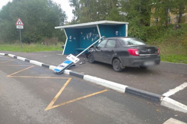 Автомобиль вылетел на остановку, где стояли люди