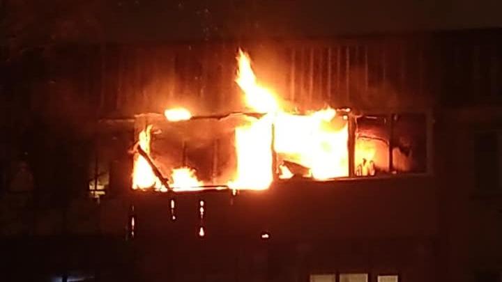 Три балкона загорелись в доме на Автозаводе из-за попадания фейерверка