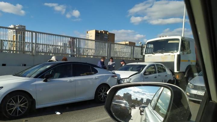 На Макаровском мосту произошла авария. Одного человека отправили в больницу