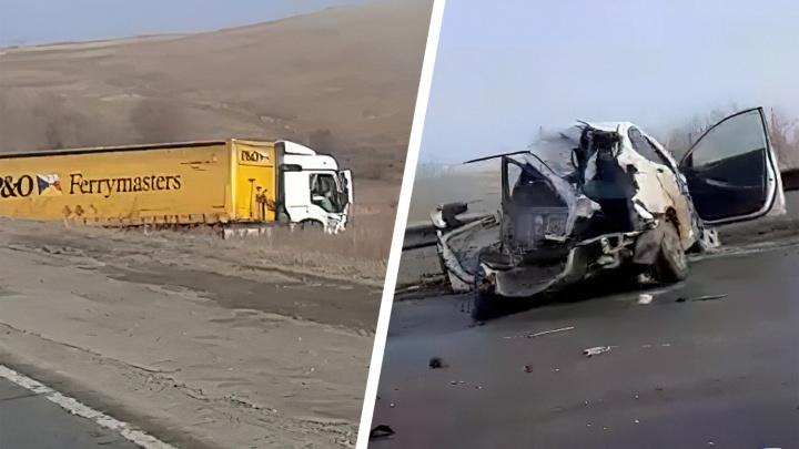 «Легковушку прожевали и выплюнули»: появилось видео ДТП с фурой на трассе в Самарской области