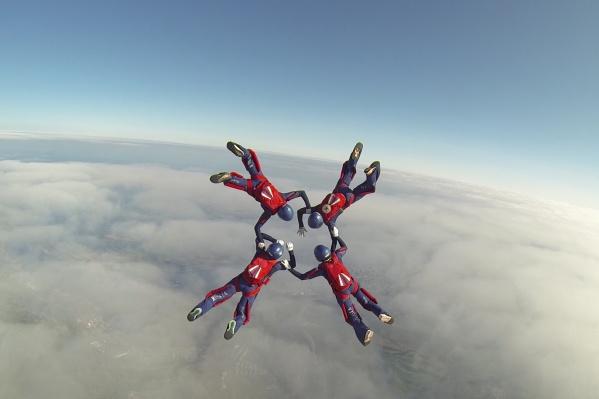 В чемпионате участвуют 7 команд парашютистов