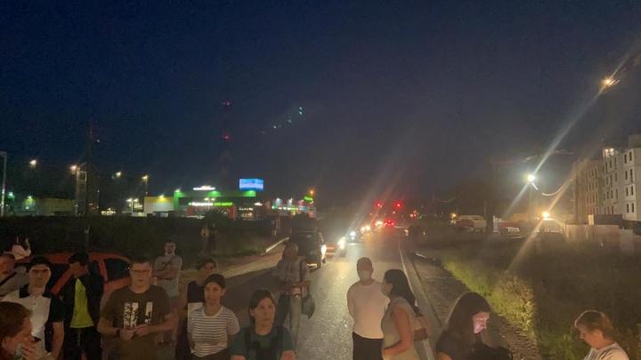 На Широкой Речке образовалась огромная пробка: жители перекрыли улицу