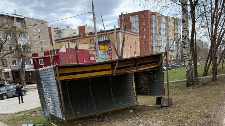 В Перми штормовой ветер опрокинул остановочный павильон на женщину