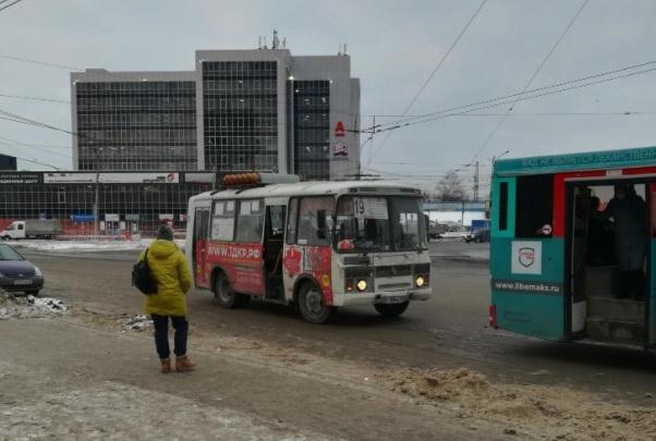 Из-за строительства четвертого моста в Новосибирске сдвинули остановку на площади Труда