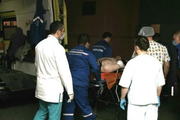 Пострадавших доставили на катере в порт, где их встретили медики