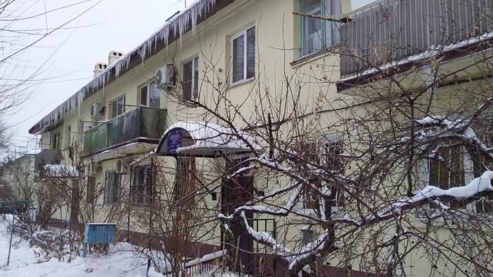 «Горячая вода течет нам на голову. Мы уже отчаялись»: жителей двухэтажки в Волгограде втянули в коммунальную эпопею