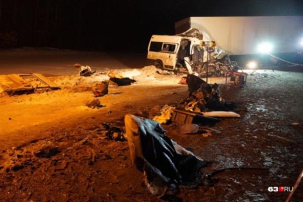 Микроавтобус попал под удар полуприцепа, который занесло на встречку