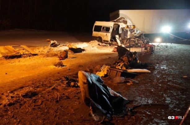 Спасатели рассказали, как вытаскивали людей из микроавтобуса после ДТП с погибшими под Самарой