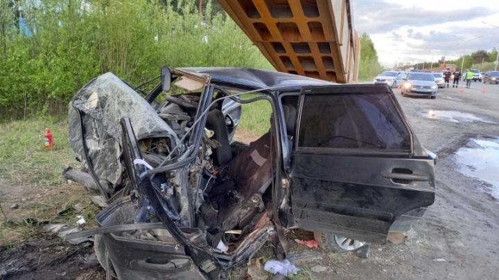 В Сургуте машина на полной скорости врезалась в опору пешеходного перехода. Водитель погиб на месте
