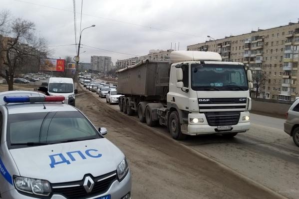 Огромная пробка стала привычной частью пейзажа проспекта Героев Сталинграда