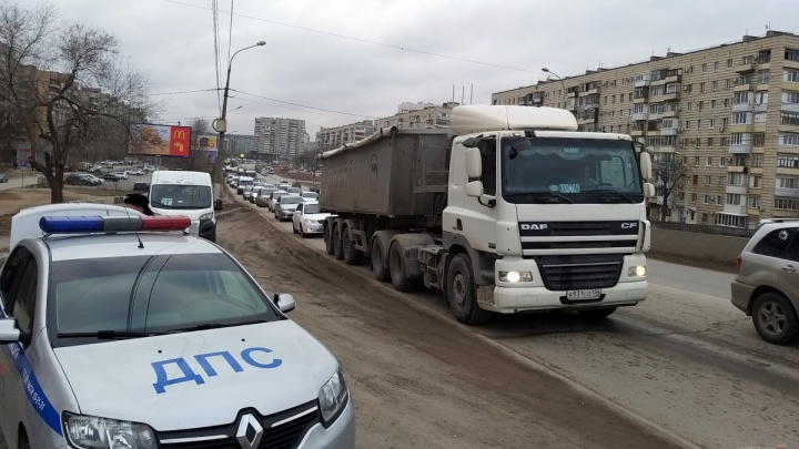 «Уже было два предписания, будем ограничивать движение»: в Волгограде полиция проверила дорогу на мосту ВДСК