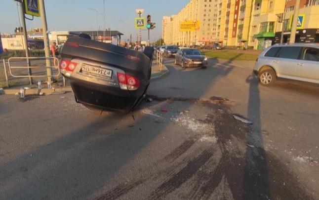 В аварии с перевернувшейся машиной на Северо-Западе Челябинска пострадали трое