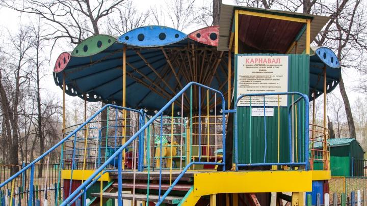 В заброшенном парке Уфы на карусели застрял ребенок