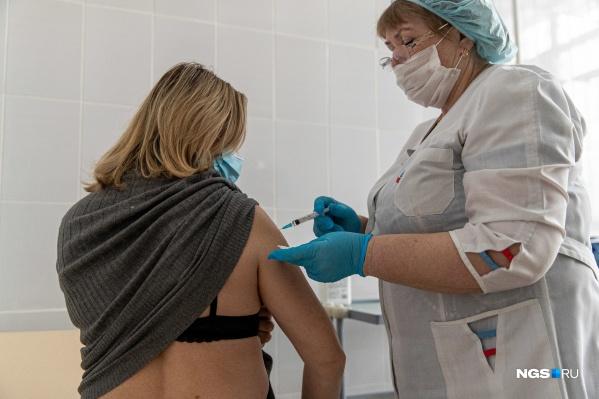 Новосибирцы стоят в очереди на вакцинацию