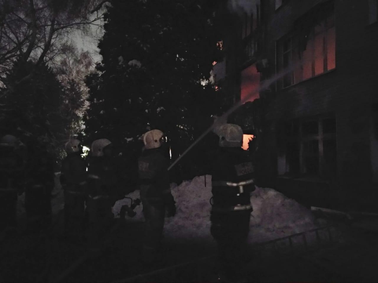 Пожарные продолжают бороться с пламенем до полной ликвидации