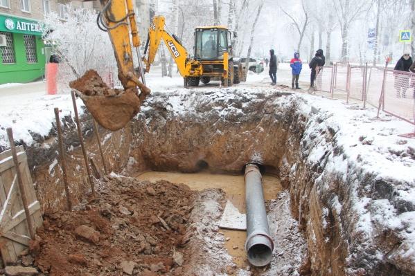 Трубы протягивают под землей с помощью специальной техники