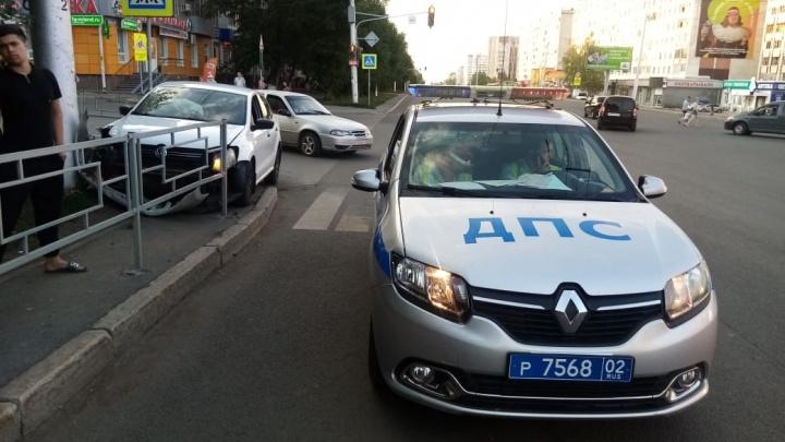 В Уфе машина сбила двух пешеходов и въехала в столб