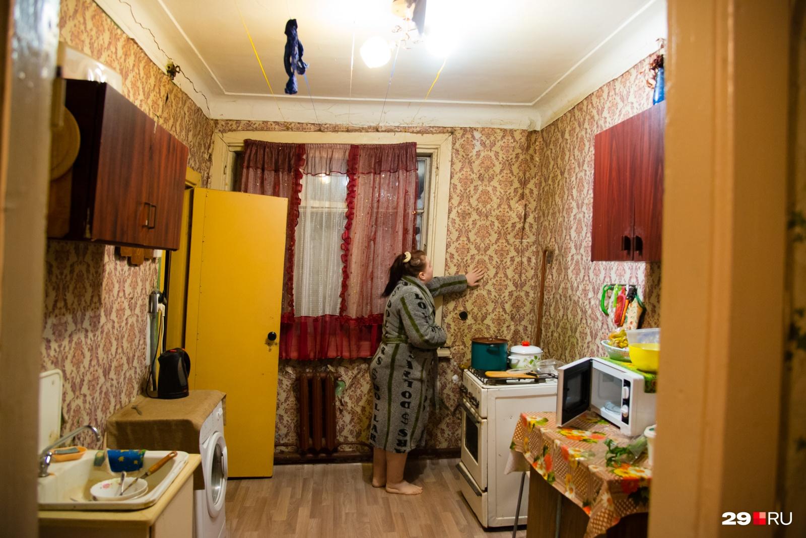 Анна говорит, что дом постоянно трещит, — «ощущение, что каждый день кто-то бьет по стенам». Из-за влажности разрушения появляются не только в подъезде, но уже и в квартире