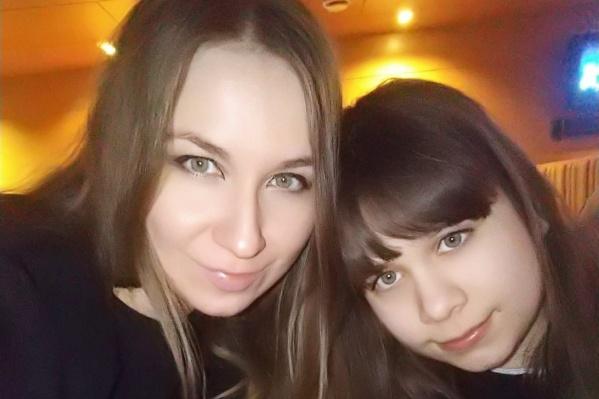 Сейчас по Алине (на фото справа) не скажешь, что ей когда-то поставили диагноз «аутизм»