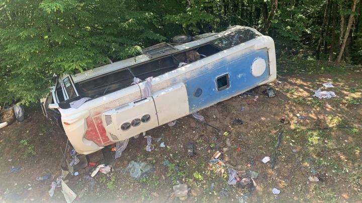 ДТП с автобусом на Кубани: двое погибли, еще двоих с тяжелыми переломами увезли на вертолете. Онлайн