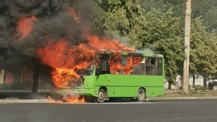 В Челябинске на ходу вспыхнула маршрутка с пассажирами. Очевидцы сняли происшествие на видео